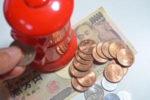 貯金箱とお金の写真